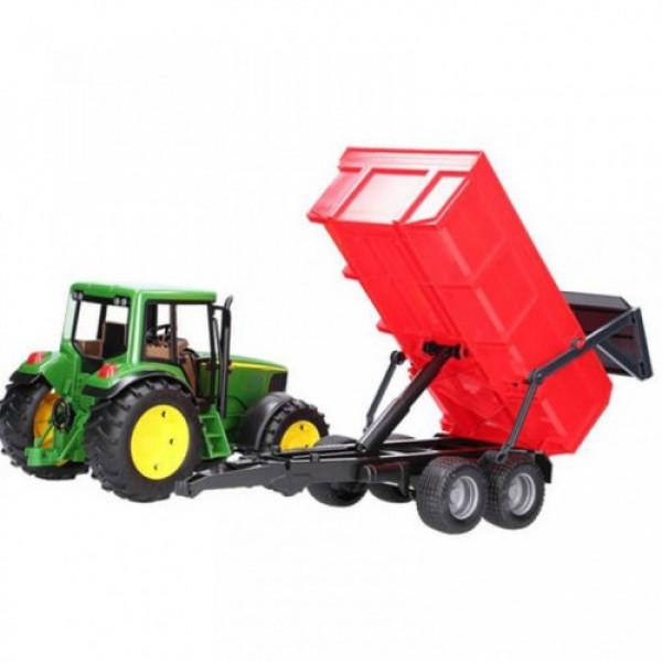 Traktor JD sa prikolicom crvenom